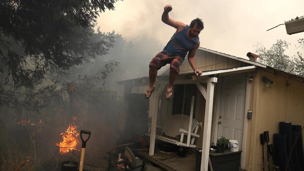 Los vientos fuertes y secos avivaron las llamas, por lo que lo residentes de la zona fueron sometidos a evacuaciones obligatorias y enviados a refugios locales. FOTO EFE