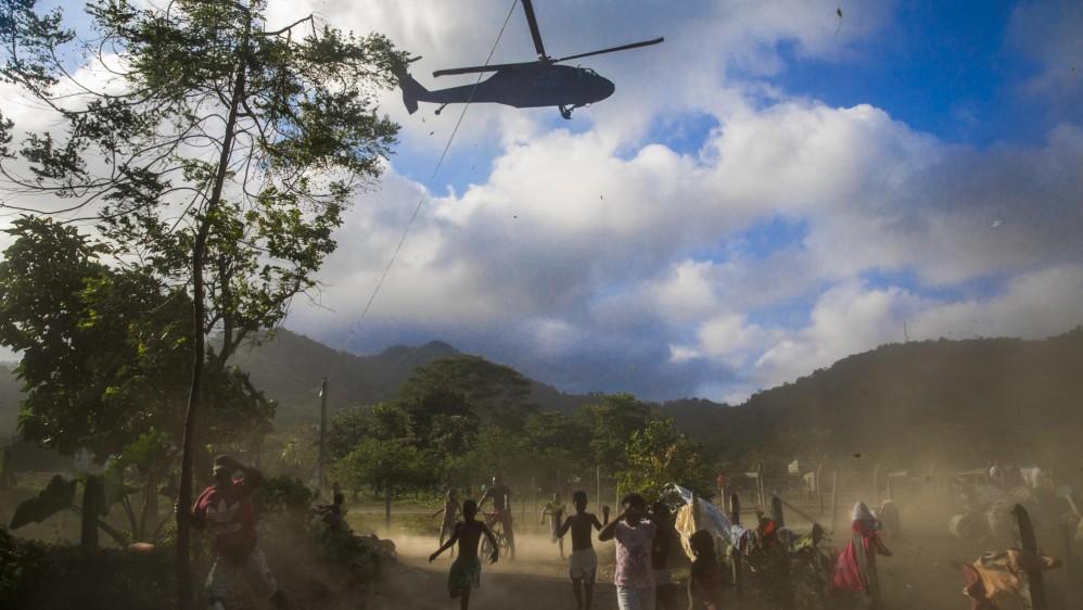 Helicóptero de la Fuerza Aérea Colombiana aterriza en Capurganá para capturar a los refugiados que están allí para tratar de cruzar a Panamá a través del Tapón del Daríen y llegar a Estados Unidos y Canadá. Foto: Esteban Vanegas.