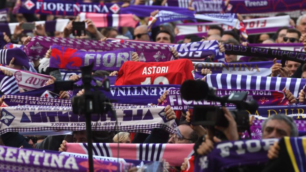Los seguidores de la Fiorentina expresaron su pesar y cariño por el jugador que falleció el pasado domingo, por un problema cardíaco. FOTO AFP