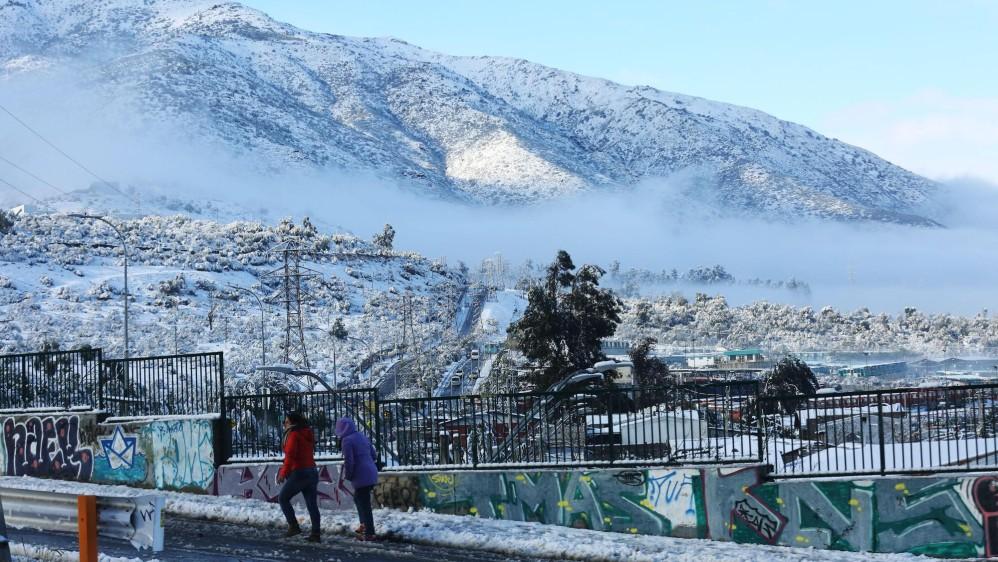La capital chilena se vio afectada este sábado por la mayor nevada de la última década, un fenómeno que dejó a más de 300.000 hogares sin suministro eléctrico y que se repitió en otras regiones del país. FOTOS EFE Y REUTERS