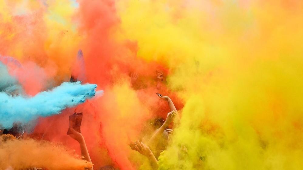 Los corredores reciben una lluvia de polvo de colores en las estaciones a lo largo del camino, los participantes son todos iguales, sin ganadores ni premios para los finalistas. Foto: CHRISTOPHE SIMON