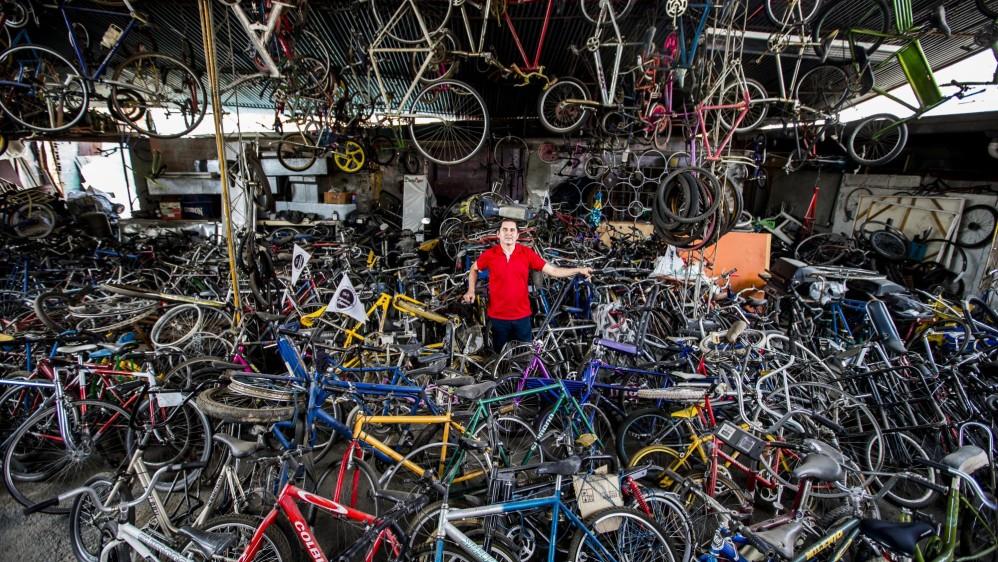 Alvaro Ospina Gallego en su museo de Bicicletas Clásicas y antiguas en Bello. Foto: Jaime Pérez.