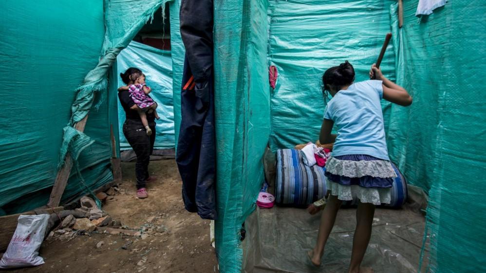 Varias familias damnificadas por el incendio de Moravia, armaron casas debajo del puente de la Madre Laura. Foto: Santiago Mesa.