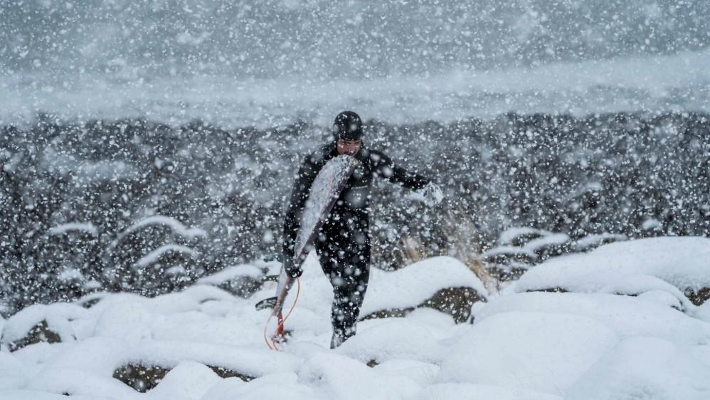 Para los pocos que se atreven a entrar al agua en el círculo ártico, el espectáculo de ver las auroras boreales y disfrutar de grandes olas es inigualable. Las islas Lofoten en Noruega son el sitio inhóspito pero a la vez hermoso donde se da el surf más extremo. Foto: Olivier Morin, AFP
