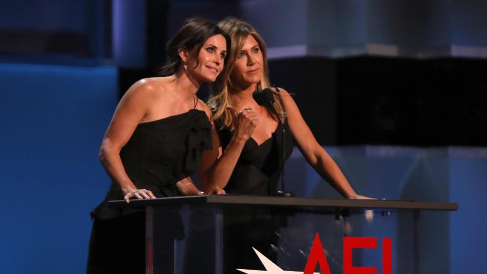 Courteney Cox y Jennifer Aniston estuvieron en la gala. Foto cortesía de E! Entertainment Latin America tomada por Randall Michelson