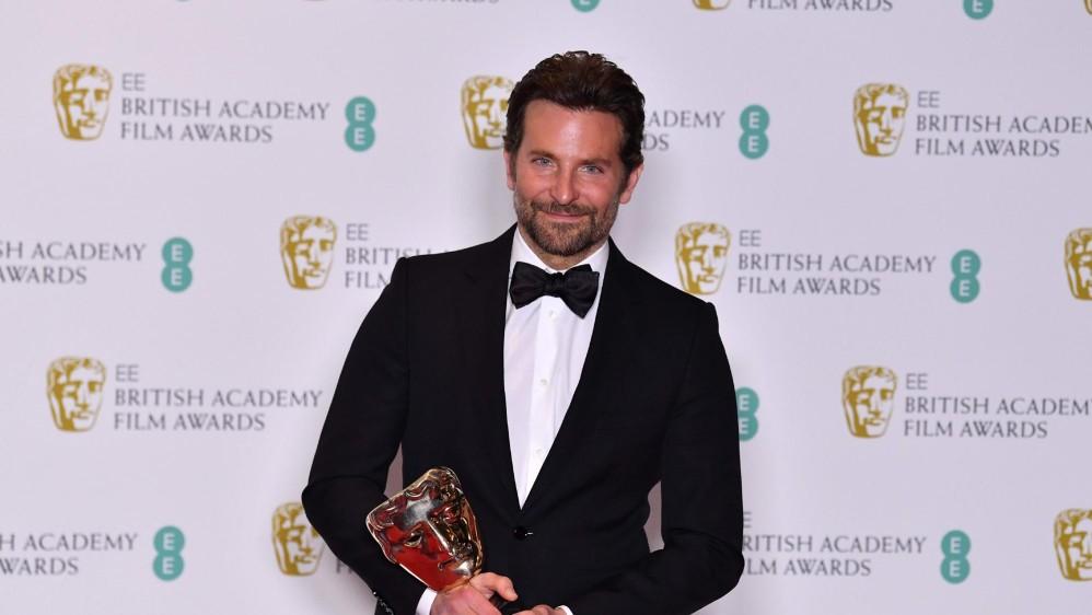 Bradley Cooper recibió el premio para Nace una estrella de Mejor música original. FOTO AFP