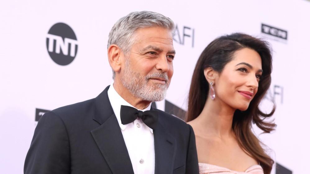 El actor llegó con su esposa Amal. Foto cortesía de E! Entertainment Latin America tomada por Randall Michelson