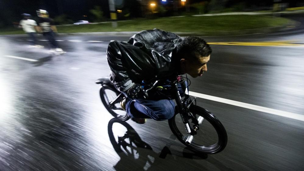 Ciclista de la modalidad gravity descolgando la vía al mar en el occidente de Medellín. Foto: Santiago Mesa