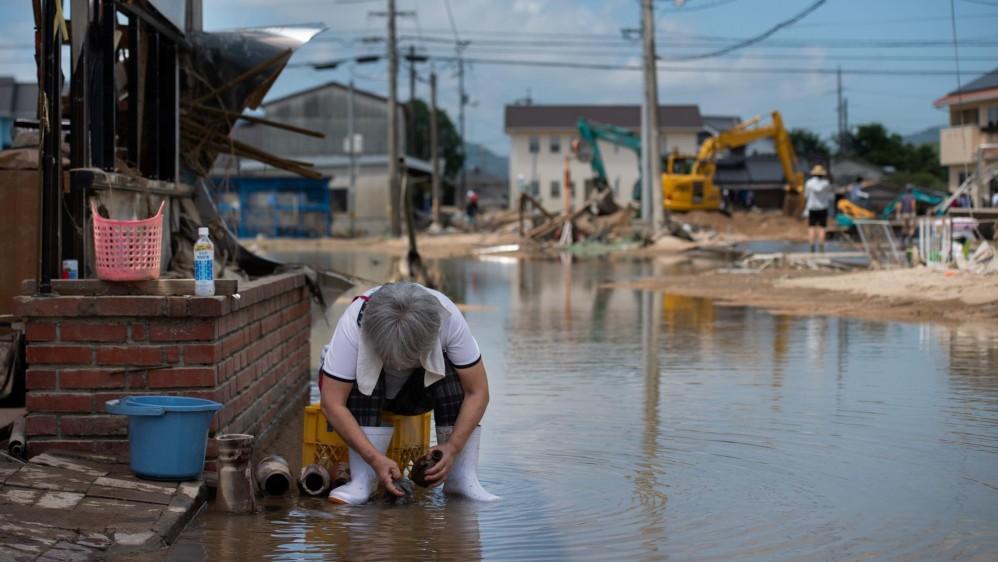 El país ha enfrentado grandes terremotos por décadas pero las lluvias no habían sido una preocupación mayor. Los rescates siguen en busca de los desaparecidos. Las condiciones climáticas extremas aumentan en la época estival de lluvias y tifones. Foto: AFP