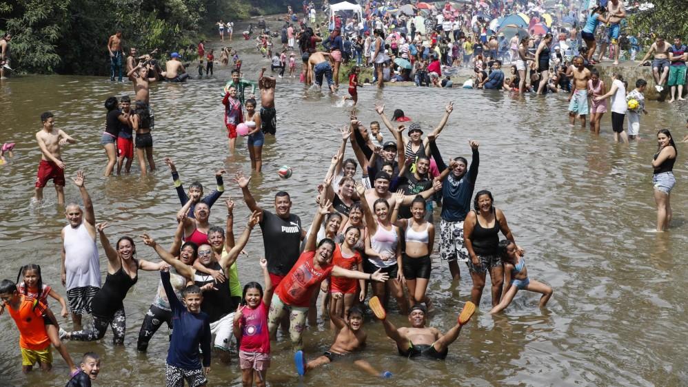 Numerosas familias aprovechan el primer puente del año para asistir a sitios rurales donde los ríos son la principal atracción natural y de paso preparar un buen sancocho. Foto: Manuel Saldariaga Quintero.