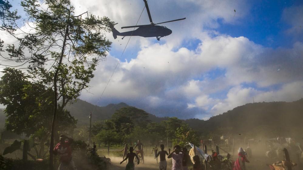 Un helicóptero de la Fuerza Aérea colombiana aterriza en Capurganá durante un operativo conjunto con la Armada y la Policía para capturar a los refugiados que tratan de huir hacia la selva. Foto: Esteban Vanegas