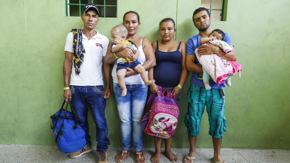 Familias evacuadas de Puerto Valdivia con las únicas pertenencias que pudieron sacar de sus casas durante la emergencia de Hidroituango. Familia García Gómez. Foto: Manuel Saldarriaga.