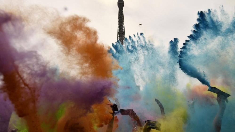 Los corredores reciben una lluvia de polvo de colores en las estaciones a lo largo de la carrera. Foto: CHRISTOPHE SIMON