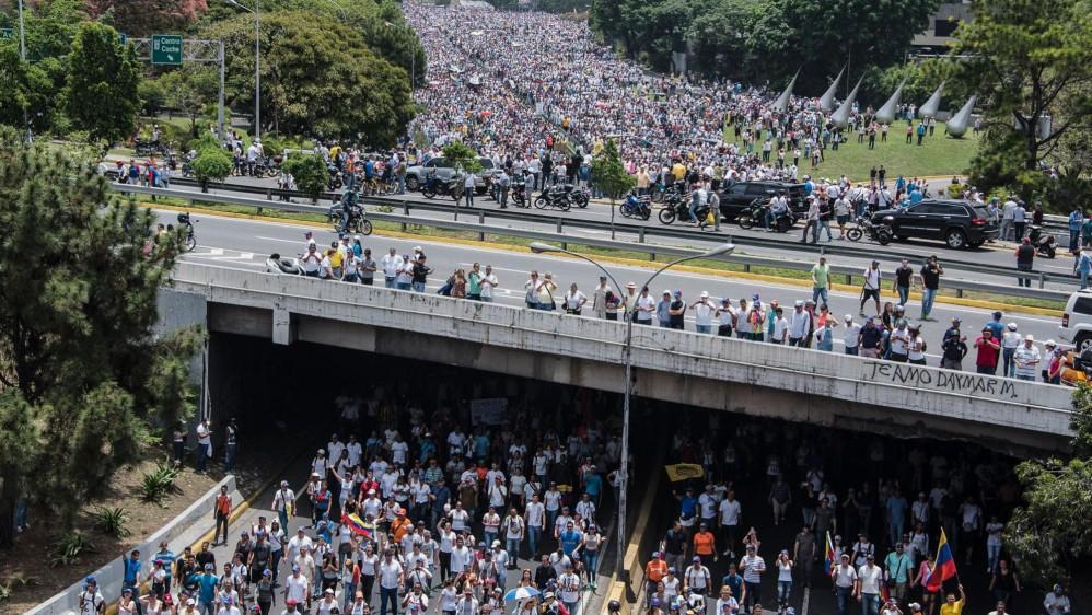 El chavismo y la oposición se cruzaron este miércoles en las calles de Caracas con sendas marchas para medir el respaldo a favor y en contra del Gobierno de Nicolás Maduro. FOTO AFP