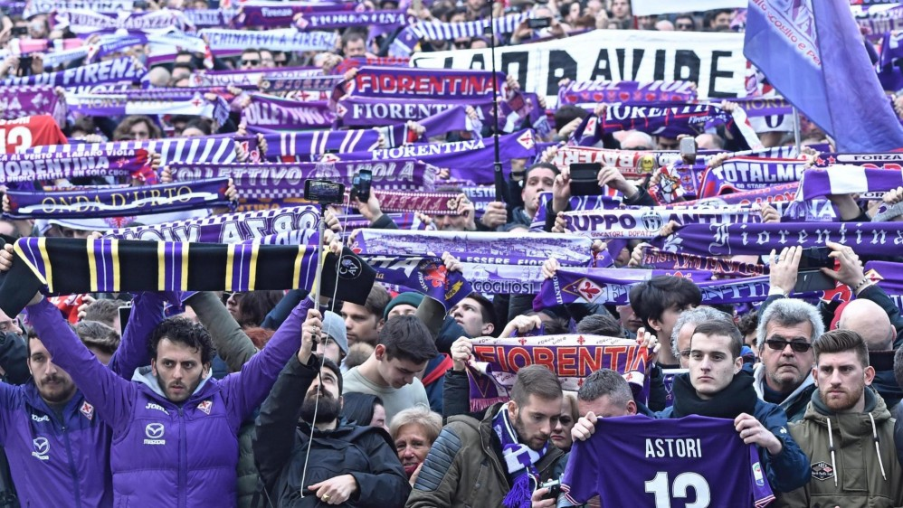 Los hinchas de la Fiorentina se apostaron frente a la Basílica, en todas las calles de la ciudad, con las bufandas violetas para despedir al capitán. FOTO EFE