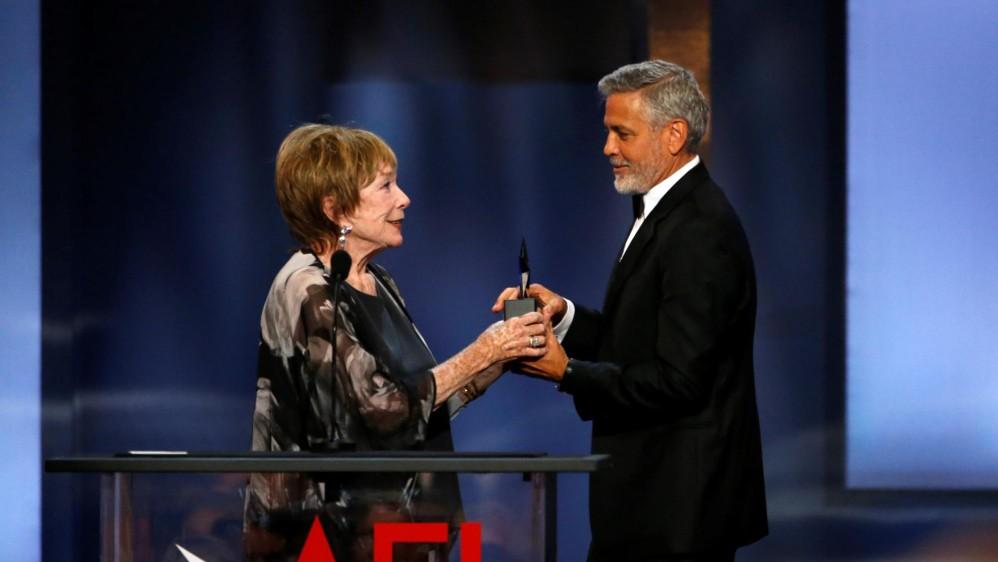Shirley MacLaine le entregó el premio a Clooney. FOTO Reuters