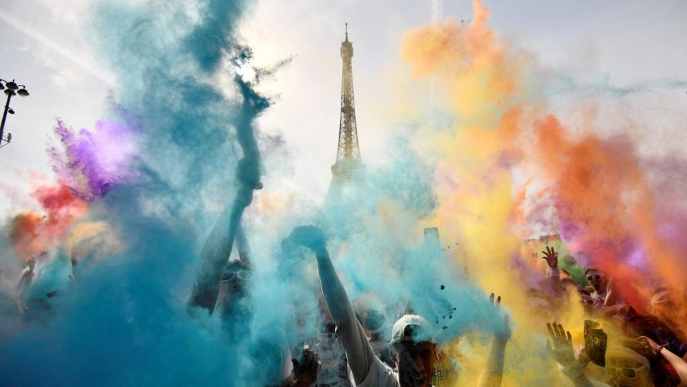 El Color Run es una carrera de pintura en polvo en la que los participantes juegan con estos elementos a medida que avanzan. Foto: CHRISTOPHE SIMON