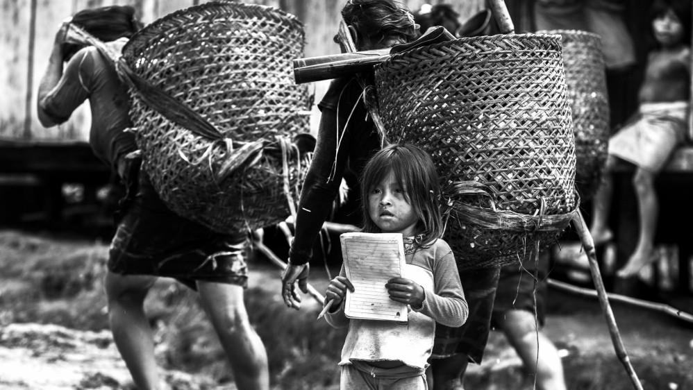 Niños indígenas Emberas de la comunidad del Guamo en el departamento del Chocó en su camino a la escuela. Foto: Manuel Saldarriaga.