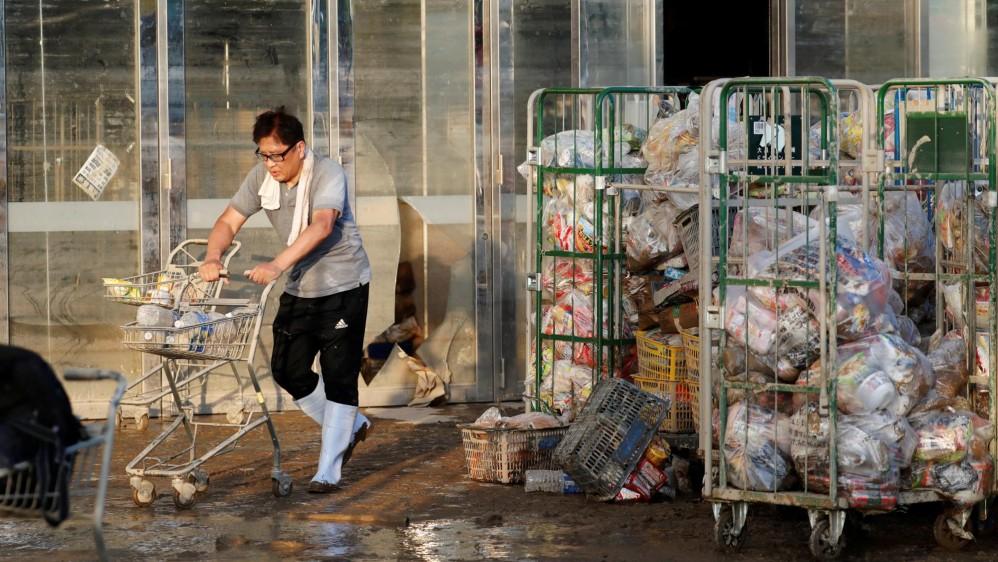 El país ha enfrentado grandes terremotos por décadas pero las lluvias no habían sido una preocupación mayor. Los rescates siguen en busca de los desaparecidos. Las condiciones climáticas extremas aumentan en la época estival de lluvias y tifones. Foto:Reuters