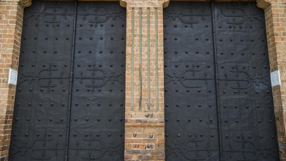Las puertas de la catedral ameritan que nunca estuvieran cerradas porque cada pieza, cada pared, cada rincón, cada cuadro contribuyen con el patrimonio de Medellín. FOTO JULIO CÉSAR HERRERA