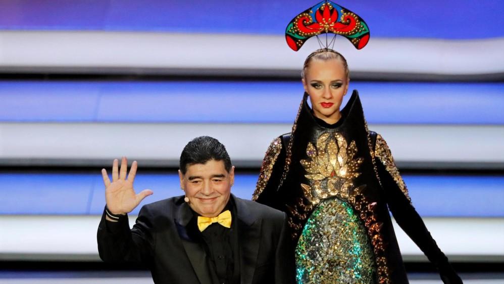 La leyenda del fútbol, Diego Armando Maradona, fue el encargado de sacar las balotas del bombo 2, en el que se encontraba Colombia. FOTO EFE