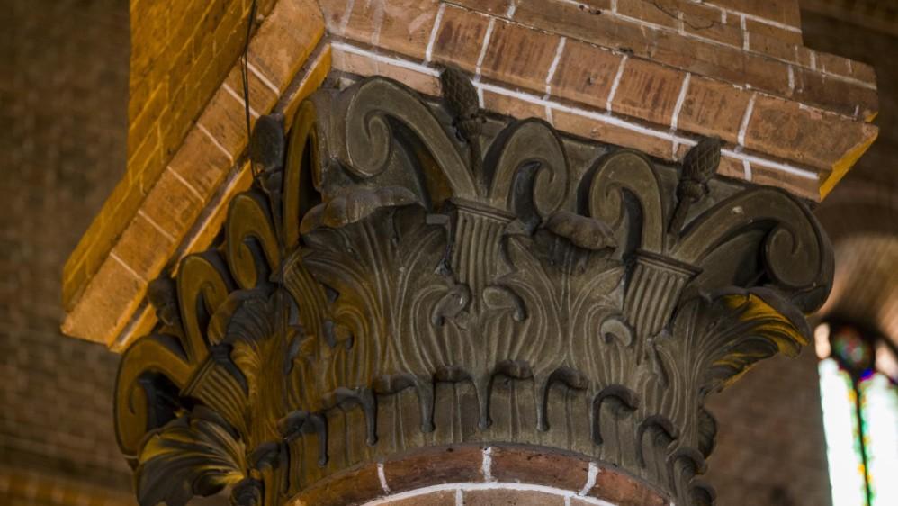 Otro sutil acabado son los capiteles de las columnas, que son los soportes en la parte más alta. En muchas iglesias del mundo se graban diseños de otros estilos, pero en esta catedral son de orden nacional. FOTO JULIO CÉSAR HERRERA