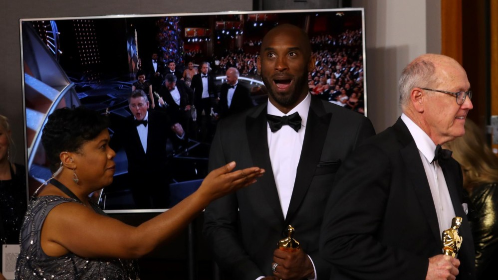 Kobe Bryant sorprendido con su Óscar por Mejor Corto Animado. FOTO Reuters