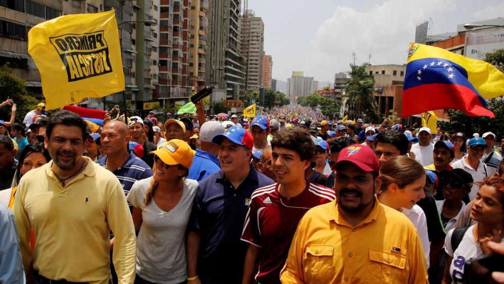 Ambas fuerzas políticas toman el pulso de las calles en medió de la tensión y los temores de supuestos planes desestabilizadores. FOTO AFP