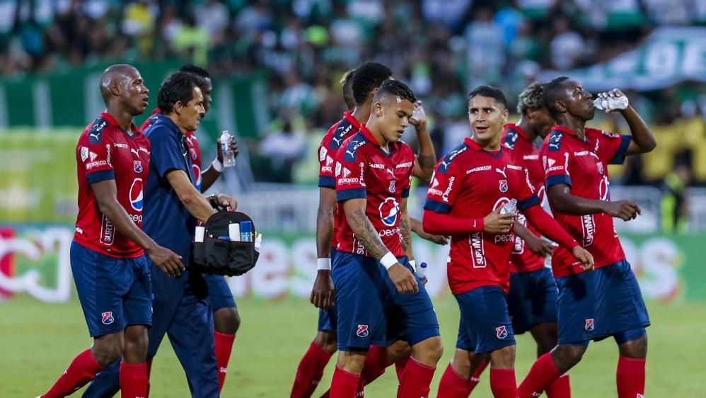 Los jugadores del Medellín abandonan el campo, tras los primeros 45 minutos del clásico en el Atanasio Girardot. FOTOS JAIME PÉREZ Y ROBINSON SÁENZ