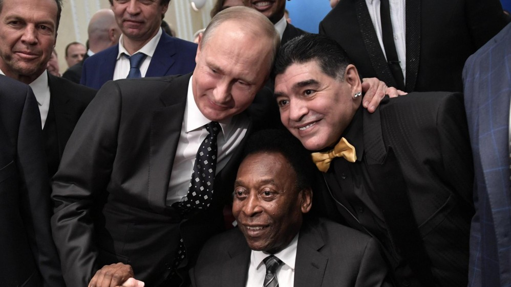 El presidente Vladímir Putin posa con Pelé y Maradona. FOTO EFE