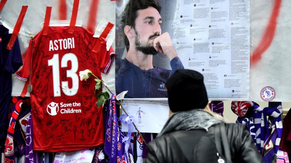 Los seguidores aprovecharon también para dejar mensajes y flores para decirle adiós al jugador. FOTO AFP