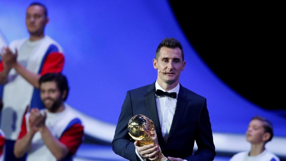 El alemán Miroslav Klose, máximo artillero en la historia de los Mundiales, llevó el trofeo de la Copa Mundo al escenario. FOTO EFE