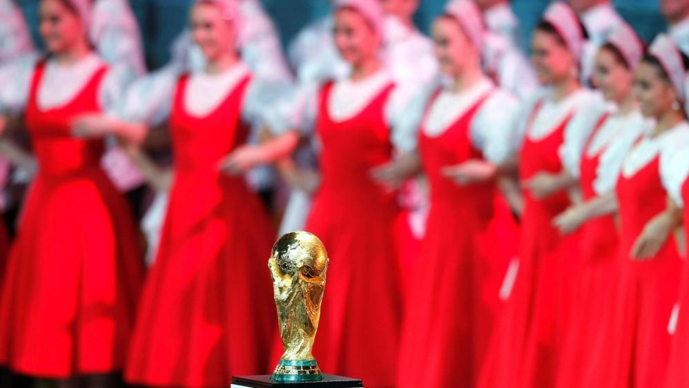 El trofeo de la Copa Mundo estuvo en el escenario durante todo el sorteo. FOTO EFE