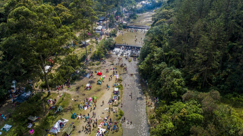 Numerosas familias aprovechan el primer puente del año para asistir a sitios rurales donde los ríos son la principal atracción natural y de paso preparar un buen sancocho. Foto: Juan David Úsuga