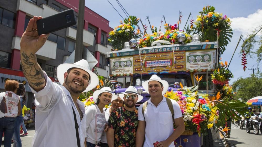 Cada chiva representó un municipio de Antioquia y tenía decoración llamativa. FOTO EDWIN BUSTAMANTE.