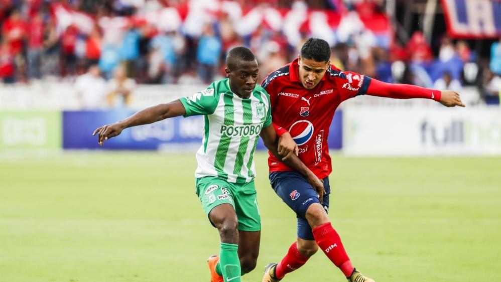 Helibelton Palacios y Daniel Cataño en un aguerrido duelo durante el clásico. FOTOS JAIME PÉREZ Y ROBINSON SÁENZ