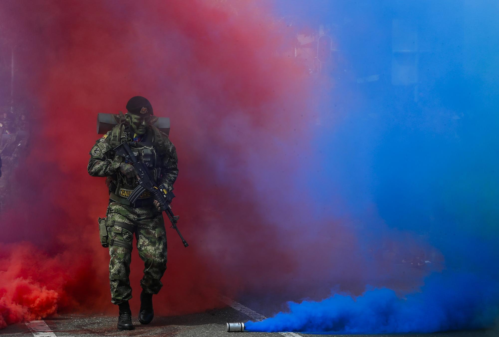 Desfile militar en Medellín para celebrar el 20 de julio, día de la independencia de Colombia